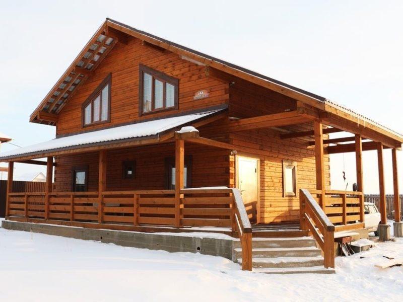 Деревянный дом с мансардой и верандой