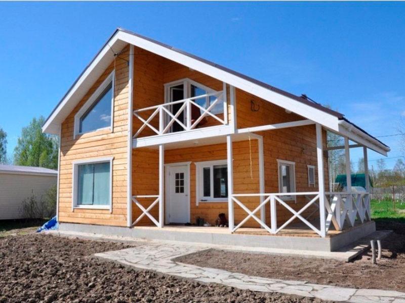 Дом из дерева с верандой